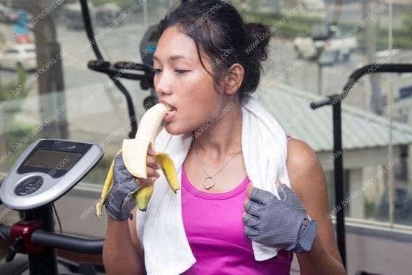 woman-eating-banana-at-the-gym
